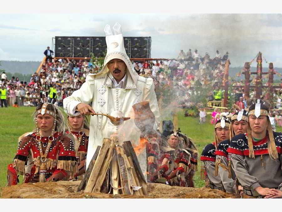 Обряд кормления огня на празднике ысыах в якутии